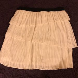 White lined ruffled skirt size Lg. NWOT
